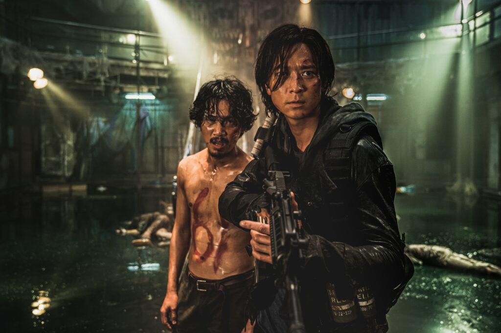 Gang Dong-won como el protagonista, Jung-seok, dando para el pelo a unos cuantos zombis.